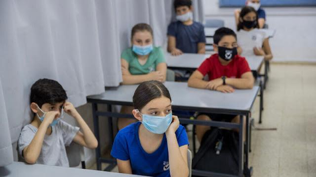 Alunos com máscara em sala de aula