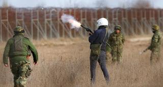 رئيس الوزراء اليوناني يهدد باستخدام قوة السلاح ضد المهاجرين