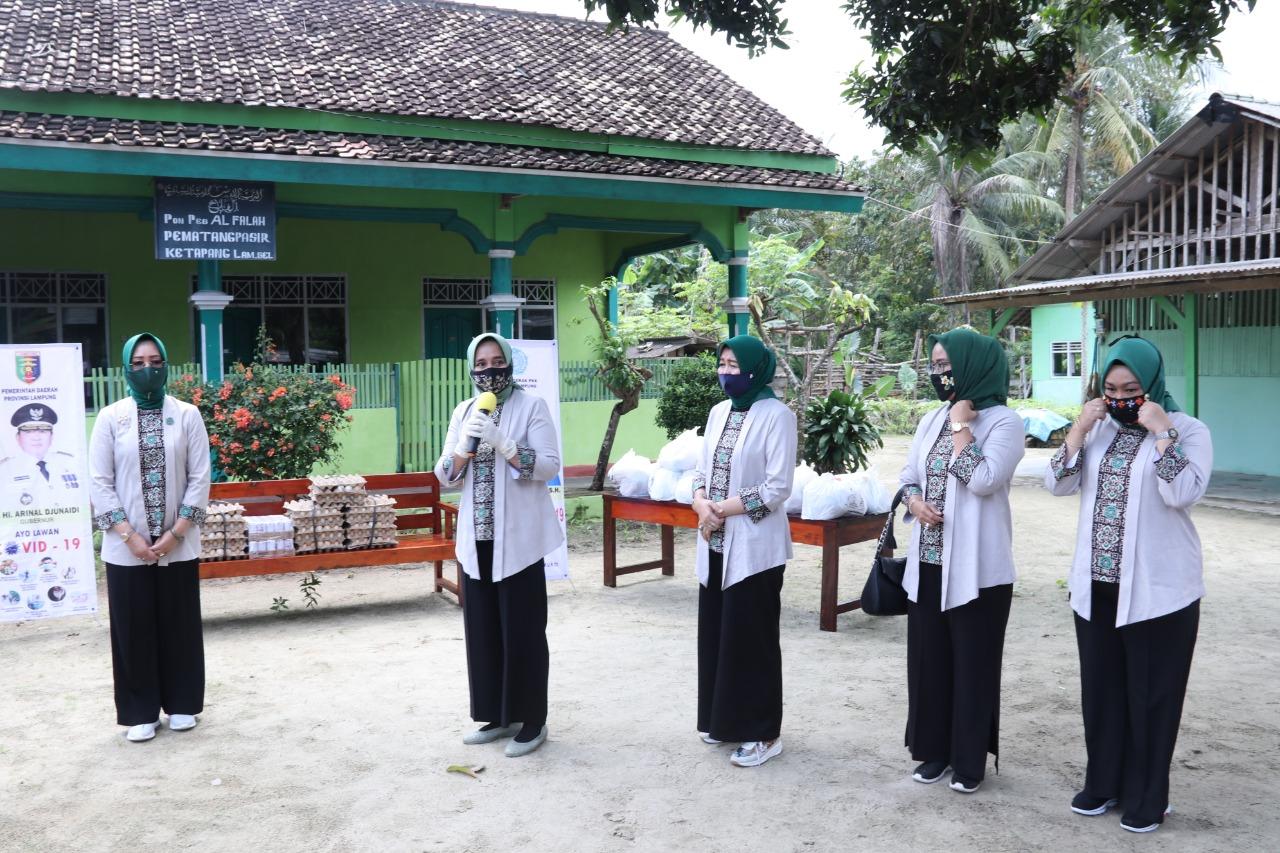 Peduli Covid-19, Ketua PKK Provinsi Lampung Riana Sari Arinal Bantu Sembako dan Telur kepada Ponpes di Lamsel