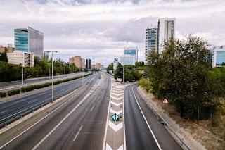 El tráfico por carretera se desploma, pero sube el flujo de camiones