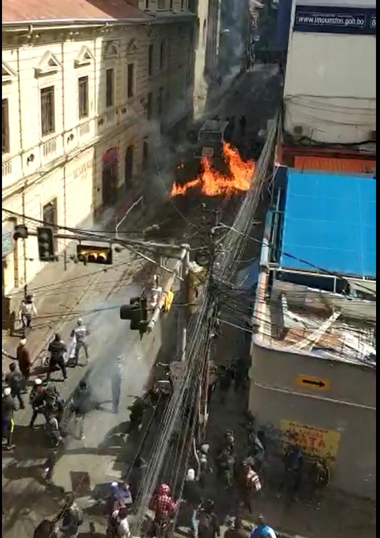 Estudiantes lanzaron bombas molotov a policías del carro Neptuno / RRSS