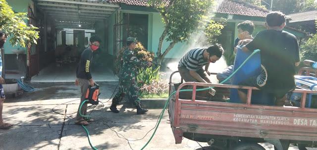 Babinsa Koramil Manisrenggo Bersama Masyarakat Lakukan Penyemprotan Desinfektan