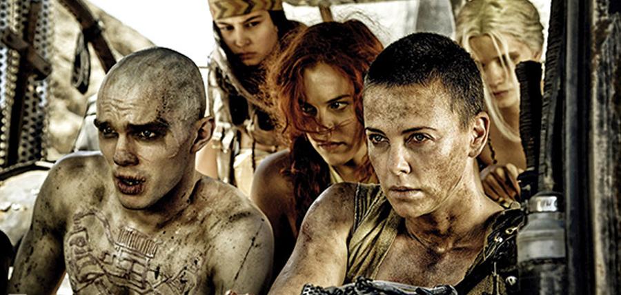 Charlize Theron şi Nicholas Hoult în Mad Max: Fury Road
