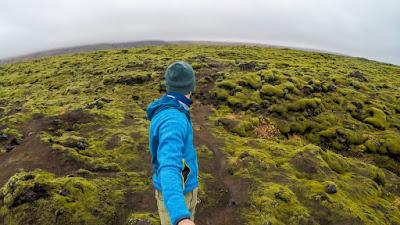 Chico usando un palo selfie al viajar solo por Islandia