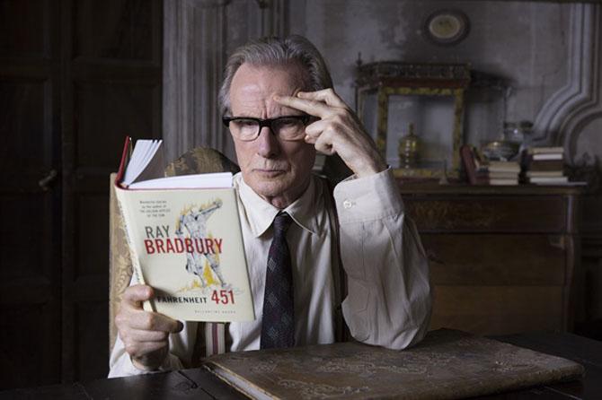 Mr. Brundish membaca koleksi buku sebelum dibakar