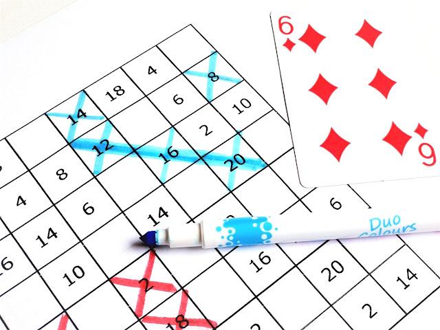 na zdjęciu fragment dużej planszy w wolnymi polami, w prawym górnym rogu planszy leży karta sześć karo