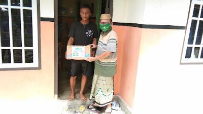 Doa Kiai Samsi Menyertai Relawan NU Dan GUSDURian Saat Menyalurkan Paket Sembako