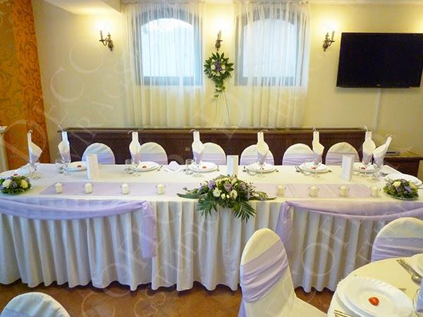 Esküvői dekoráció halvány lila színben a Hotel Bobbio rendezvénytermében