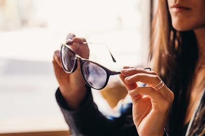 Gafas tomadas por las varillas