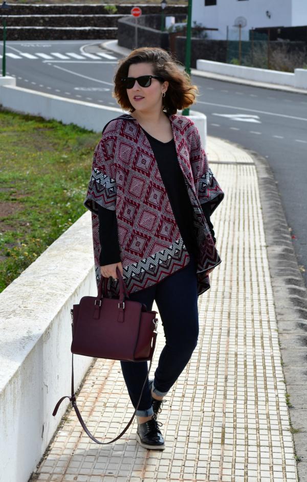 look_poncho_como_combinar_burdeos_lolalolailo_05