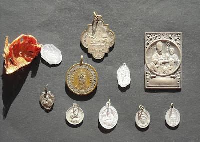 Raccolta di antichi santini, libri di preghiere e oggetti devozionali