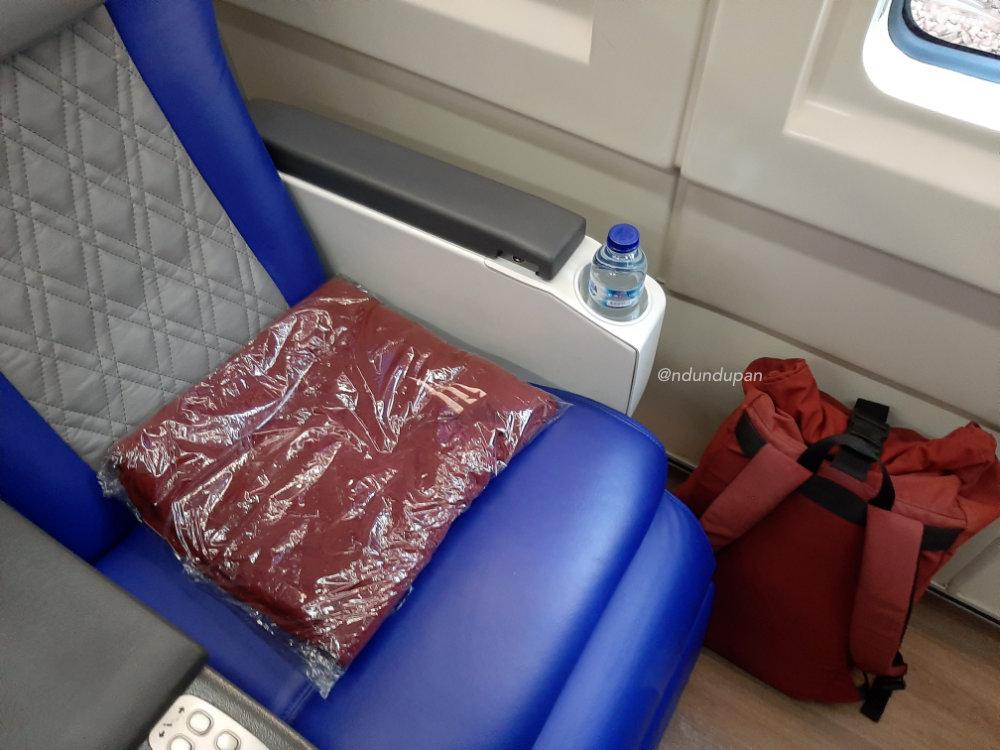 Kursi kelas luxury di gerbnog kereta api gajayana