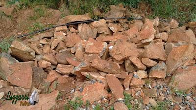 Pedra moledo com tamanhos diversos até 40 cm, no tom avermelhado, para construção de torre de pedra.