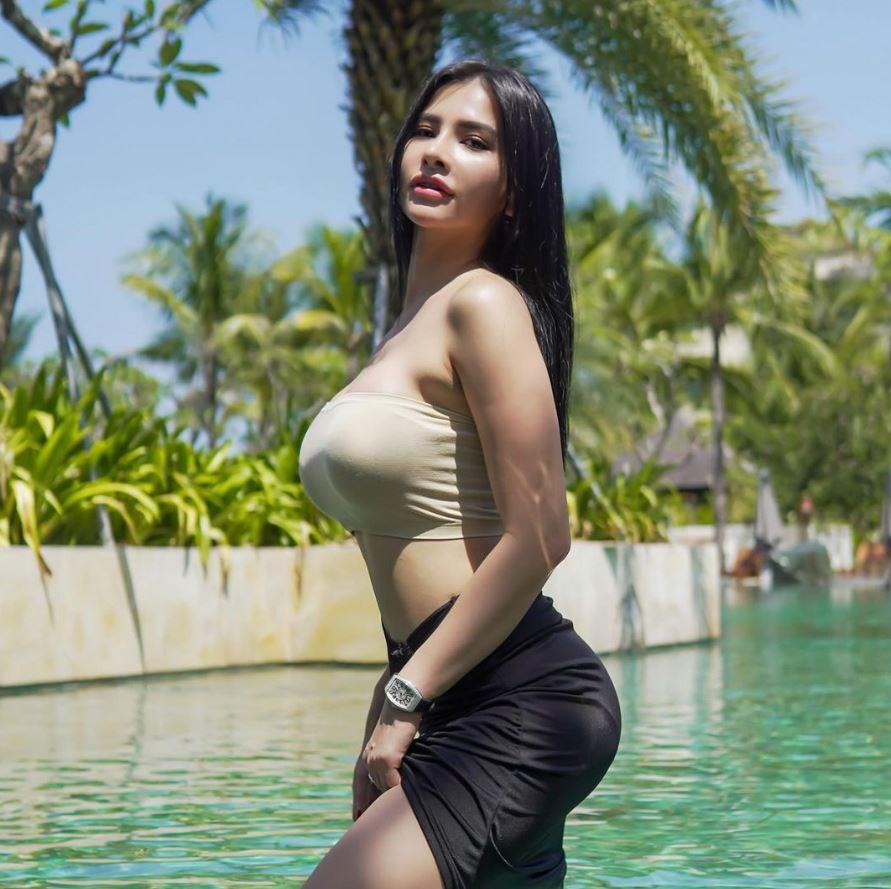 Maria Vania berenang