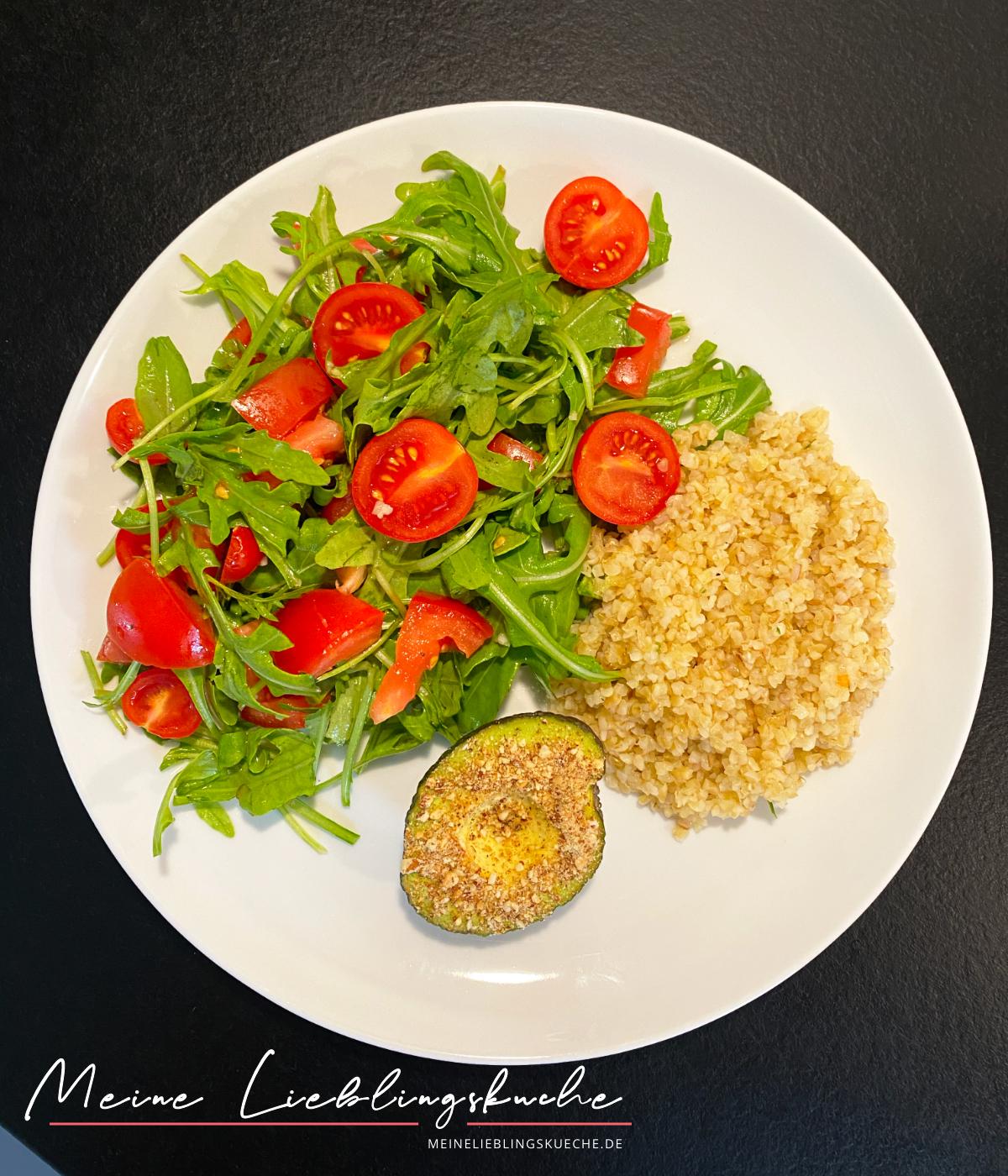 Bulgur mit Rucola-Tomaten-Salat und Avocado