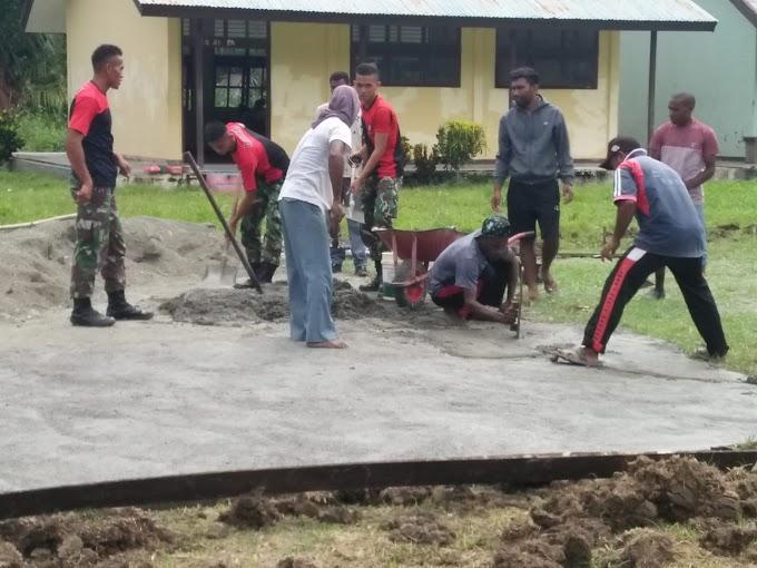 Tumbuhkan Minat, Satgas Raider 300 Membantu Pembuatan Lapangan Bola Volly