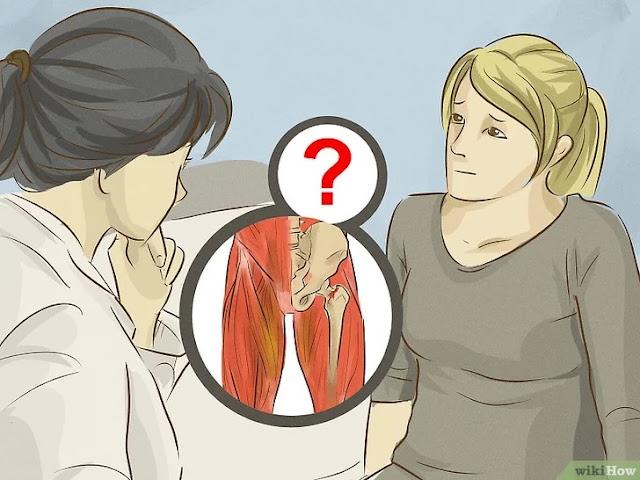 Dor na virilha – Entenda as causas e saiba como aliviar a dor  A dor na virilha pode acometer os cinco músculos que estão presentes na região e que possuem como função a movimentação da perna. São eles: adutor breve, adutor longo, adutor magno, músculo grácil e músculo pectíneo  Geralmente, o desconforto na virilha é uma reclamação frequente de grávidas e também de profissionais de esportes, especialmente aqueles de alto impacto, como o futebol e do rúgbi, por exemplo.  CAUSAS DA DOR NA VIRILHA  Não se preocupe, a dor na virilha não é algo grave, entretanto se outros sintomas aparecerem em conjunto, é necessário a busca por auxílio médico para identificar qual é o seu problema e iniciar um tratamento. Estes sintomas podem ser listados:  Mudanças físicas nos testículos (inchaço ou caroços), Sangue na urina, Febre, Náuseas, Dor que se irradia para o peito, abdômen ou parte inferior das costas. A dor na virilha pode surgir no lado esquerdo ou no lado direito. O importante a destacar é que ambos os lados possuem as mesmas causas. Algumas são:  Apendicite, Artrite nas articulações da bacia, Cálculo renal, Distensões musculares, Excesso de gases, Hérnia abdominal e inguinal, Infecção cutânea, Infecção urinária, Inflamação do intestino grosso ou do delgado, Inflamação do nervo ciático,   Pedra nos rins, Tensão muscular, Torsão testicular, Tumor no testículo. Qualquer pessoa pode sofrer com dor na virilha.  DOR NA VIRILHA E RELAÇÃO COM OUTRAS DOENÇAS E CONDIÇÕES dor na virilha como tratar  Algumas doenças e condições consideradas menos comuns podem apresentar dor na virilha como sintoma. Alguns exemplos são:   Bursite, Câncer de testículo, Ciática, Fratura por estresse, Necrose avascular, Síndrome do piriforme, Tendinite. Somente um médico capacitado poderá indicar a real causa de sua dor na região da virilha. Por isso, marque uma consulta para garantir um diagnóstico correto.  COMO EVITAR A DOR NA VIRILHA Causas da dor na virilha. As distensões musculares são a causa mais 