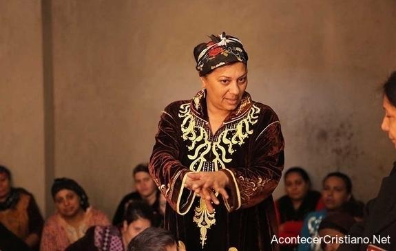 Misionera enseñando la Biblia a mujeres en Egipto