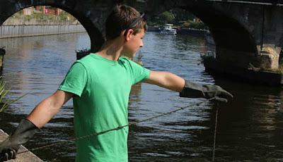 Memancing denga mangnet di sungai
