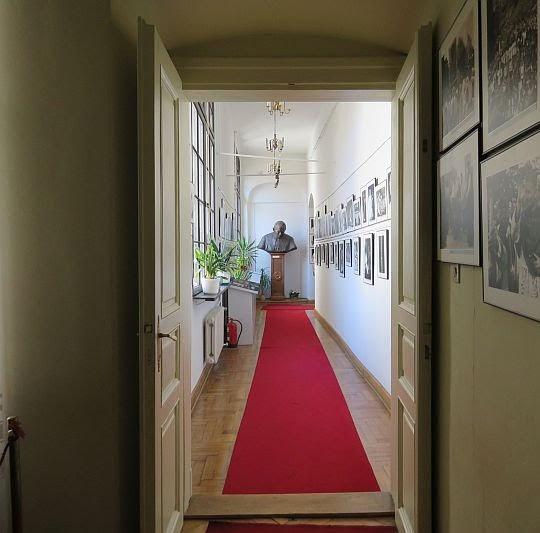 Korytarzem pełnym czarno-białych fotografii opuszczamy ekspozycję.