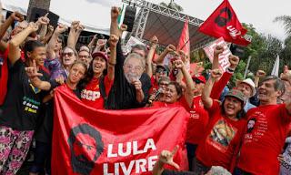 Ex-presidente Lula deixa a prisão em Curitiba, PR