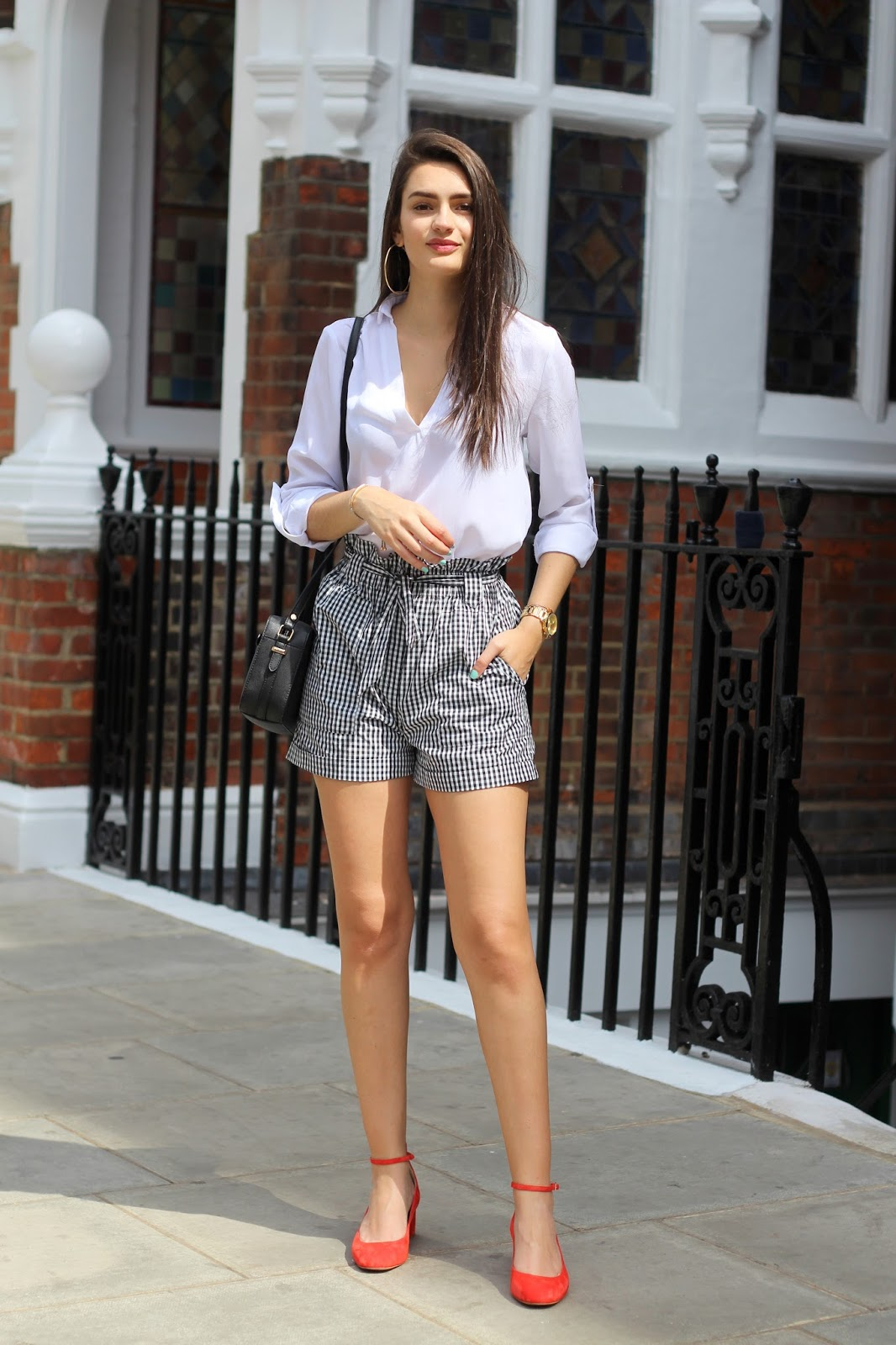 monochrome summer outfit gingham shorts red shoes peexo