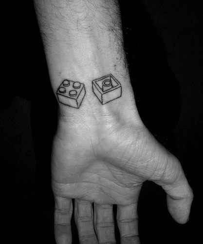 Exemplo de tatuagem com motivo LEGO