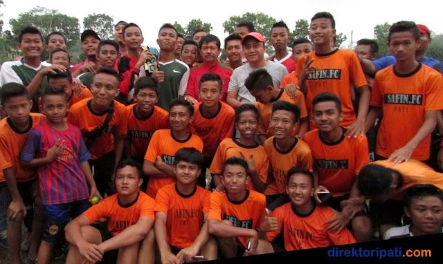 Pelatih Timnas U 19 Indra Sjafri berfoto bersama Safin FC Pati Jawa Tengah