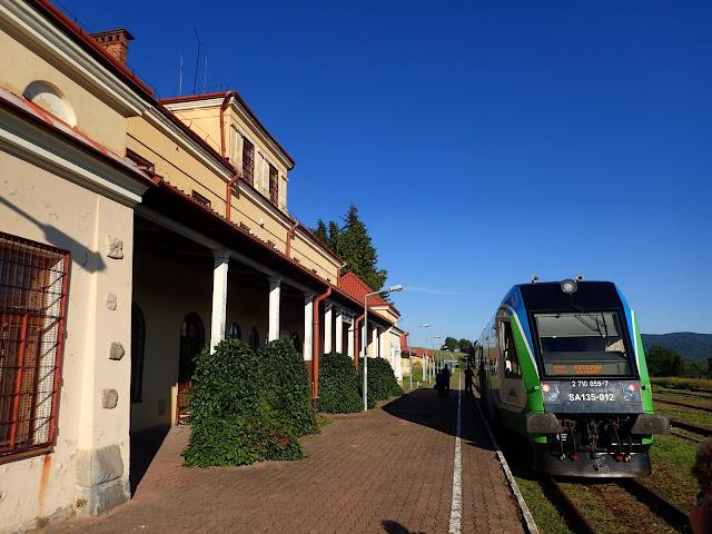 Jeden z dwóch pociągów, które tygodniowo jadą przez tę stację