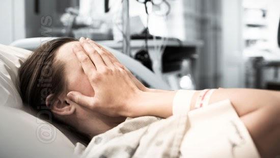 paciente processa medico umbigo cirurgia plastica