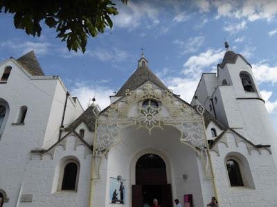 chiesa trullo alberobello