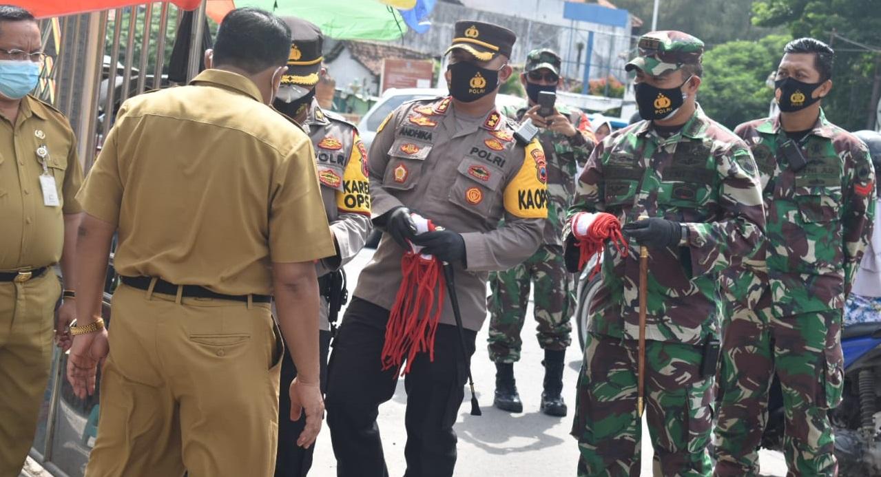 PPKM Berhasil Tekan Covid-19, Dandim Demak Bersama Kapolres Bagikan Masker di Pasar Bintoro