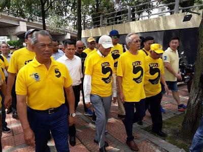 Image result for Gambar Mahathir pakai baju bersih