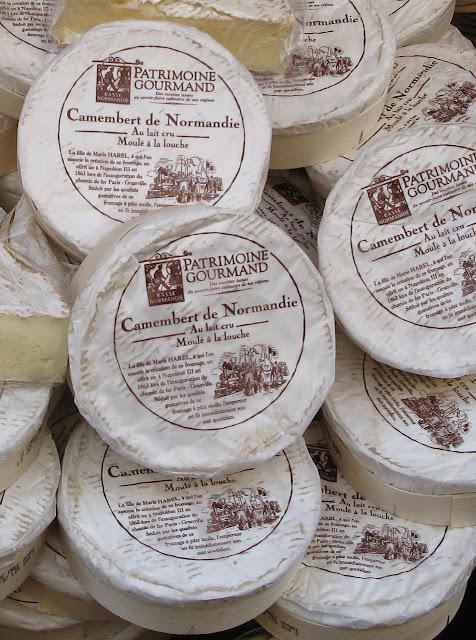 Flagrante numa rua de Paris o camembert de 'leite cru' com todos os microorganismos proibidos pela modernidade se vendendo aos montes, e barato!