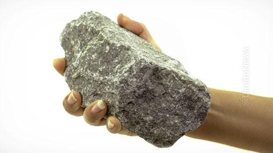 funcionario demitido pedras patrao ameaca morre