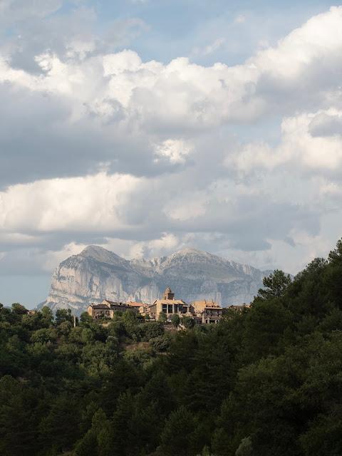 El pueblo de Sieste con el bosque en primer plano y la montaña al fondo
