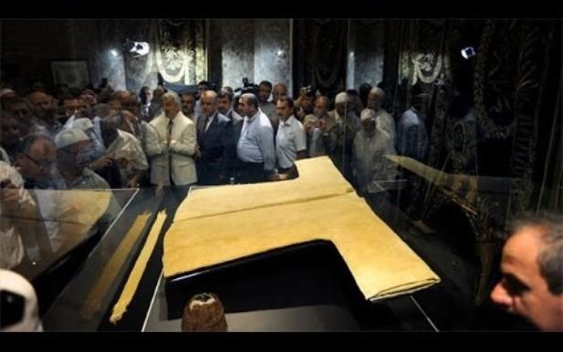 بالفيديو.. قميص الرسول صلى لله عليه وسلم بعد 1400 عام تم وضعه تحت المجهر وحدثت المفاجأة سبحان الله