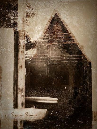 Casa stregata vista attraverso il cancello