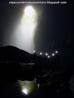 Cuevas de Waitomo - Foto de grupo con la entrada al fondo