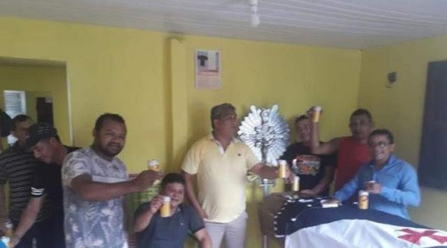 AMIGOS DE IDOSO FAZEM VELÓRIO COM CERVEJA, MARCHINHAS E FOGUETES.