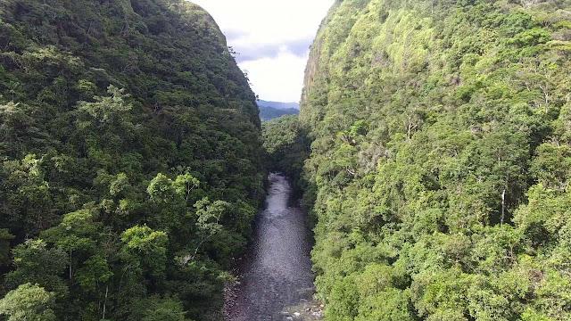 río fraguita pasa en medio de las dos montañas vista aérea