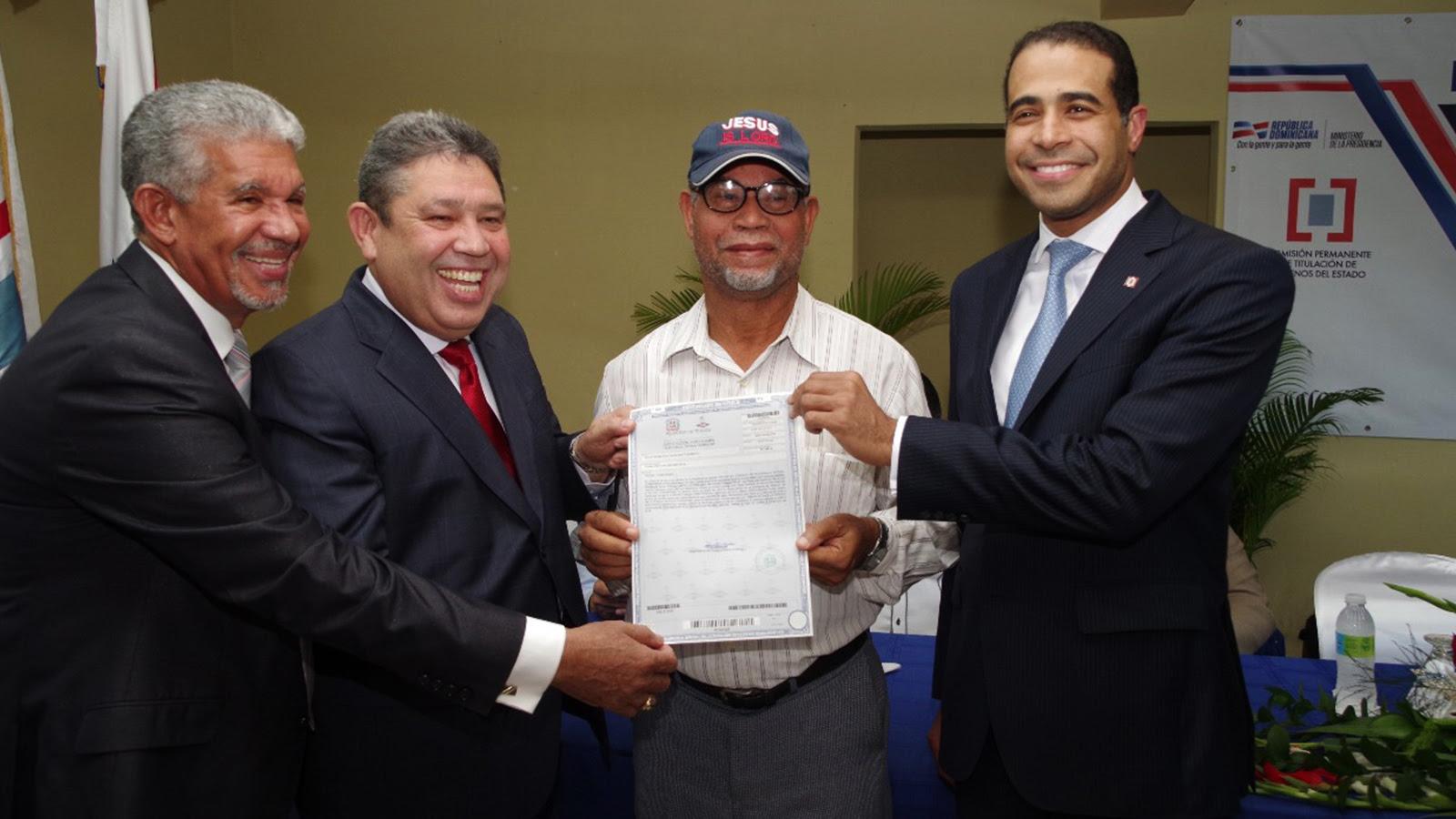 Gobierno beneficia a 83 familias de Los Frailes con entrega de títulos de propiedad