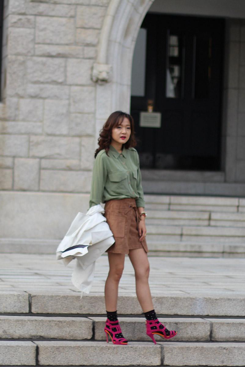 милитари стиль, мода, блогер в корее, корея, тренд, носки с туфлями, носки под туфли, вискозная юбка, вискоза, сочетание цветов, колорблок, аксессуары, Коре университет, осенний лук, осенний образ, тренчкот, правила сочетания цветов, color block, military look, color blocking, accessories, fashion blogger, fashion blogger in Korea