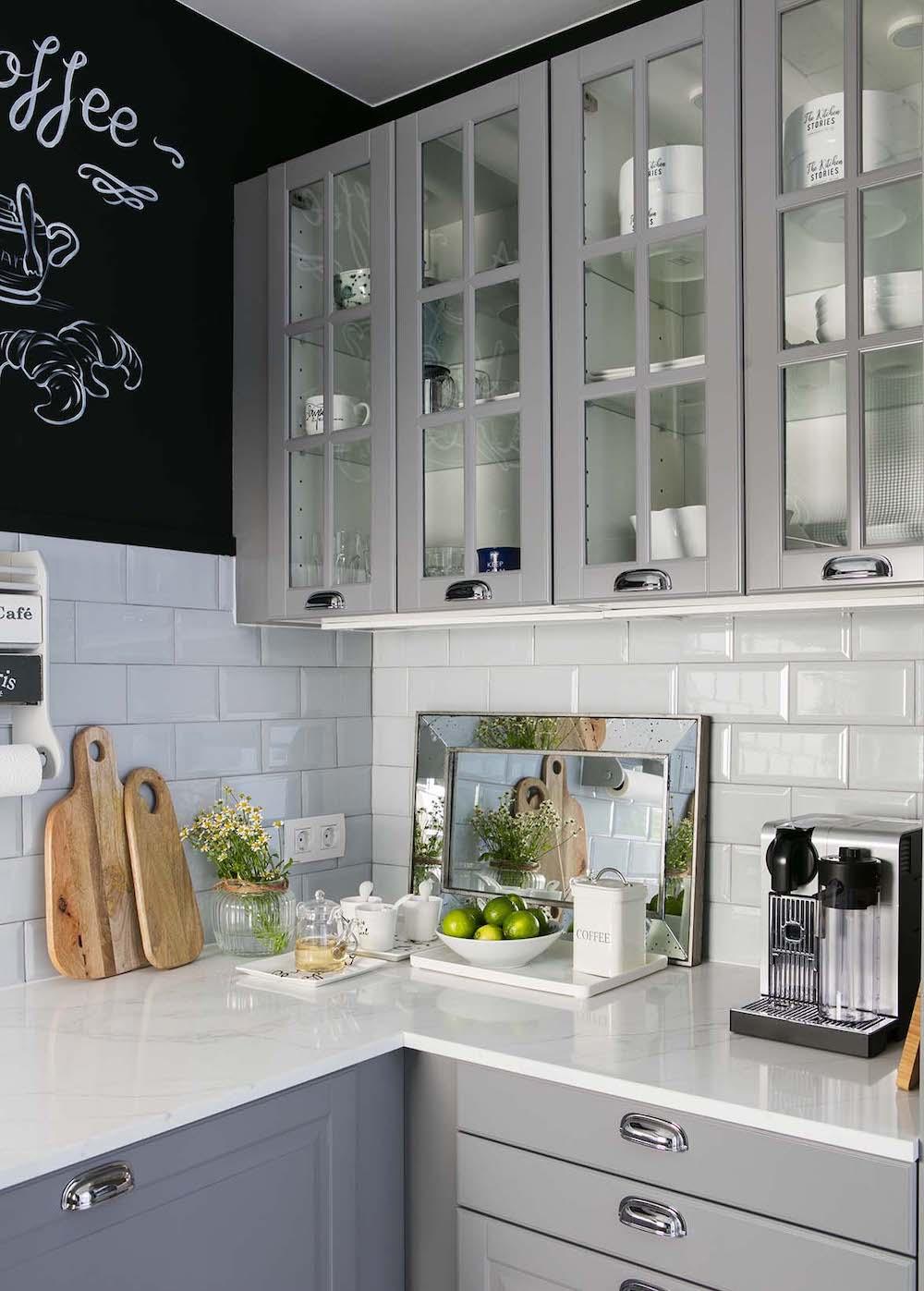 Reforma de cocina de estilo industrial con pared de pizarra