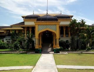Tempat Wisata di  Sumatera Utara istana maimun