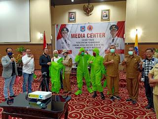 Patut Dicontoh, Grup WA 'Pojok NTB' Serahkan Bantuan APD Bagi Petugas Medis ke Walikota Mataram