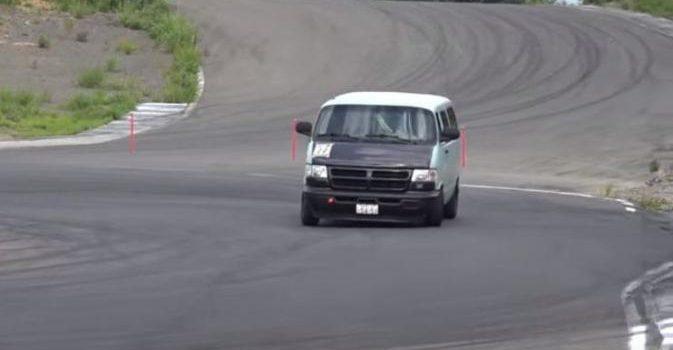 Aksi Drifting Minibus Keren