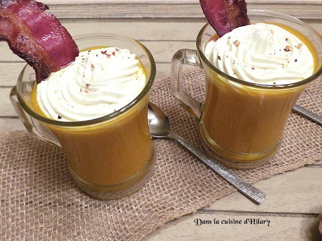 Velouté de carotte et chantilly au chèvre façon cappuccino et lard croustillant