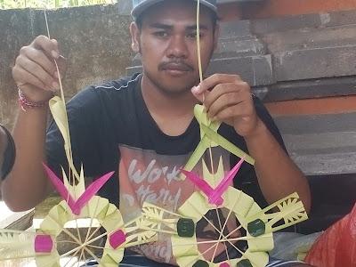 Menjelang Kuningan Kerajinan  Tamiang  Serokadan Laris Manis