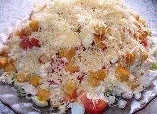 salat-s-kuricej-syrom-i-sukharikami